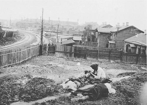 Ci-dessus : des Ukrainiens mourant de faim durant les années 1930 par ordre de Staline, quelques-unes des 150 millions de victimes du « communisme humaniste », de Marx, à Mao et Mélenchon