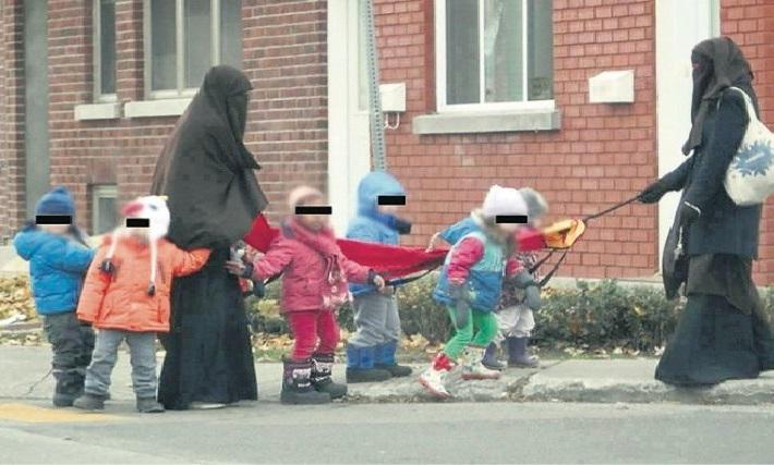Islamistes accompagnant des enfants lors d'une sortie scolaire au Québec avec des enfants tenus en laisse