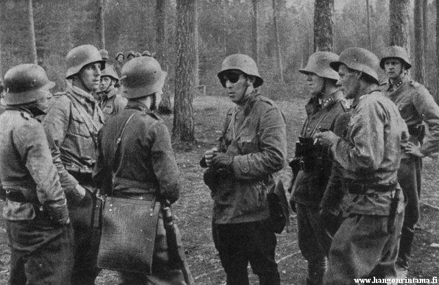 gasta Hallberg-Cuula sur le front, au milieu de ses hommes.