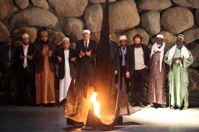 """Ici Hassen Chalghoumi, grand imam de la fausse religion de la """"Shoah"""" et divers laquais d'Israël célèbrent le culte aux """"6 millions""""."""