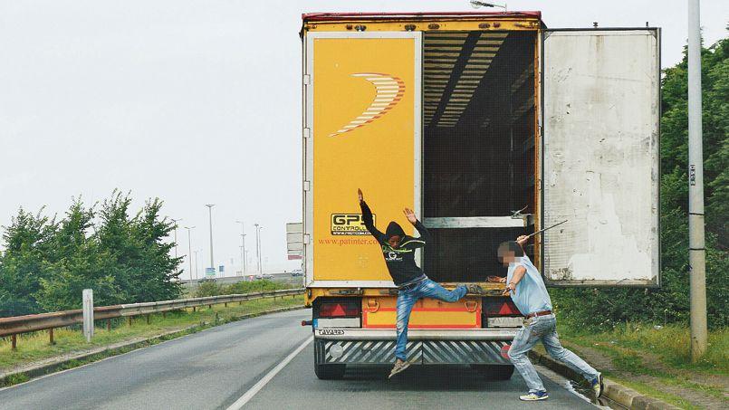 Les chauffeurs routiers sont obligés d'assurer eux-mêmes la sécurité de leurs camions, subissant parfois des agressions en représailles.