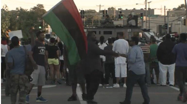 emeutes_racistes_antiblanc_fergusson-drapeau_panafricain