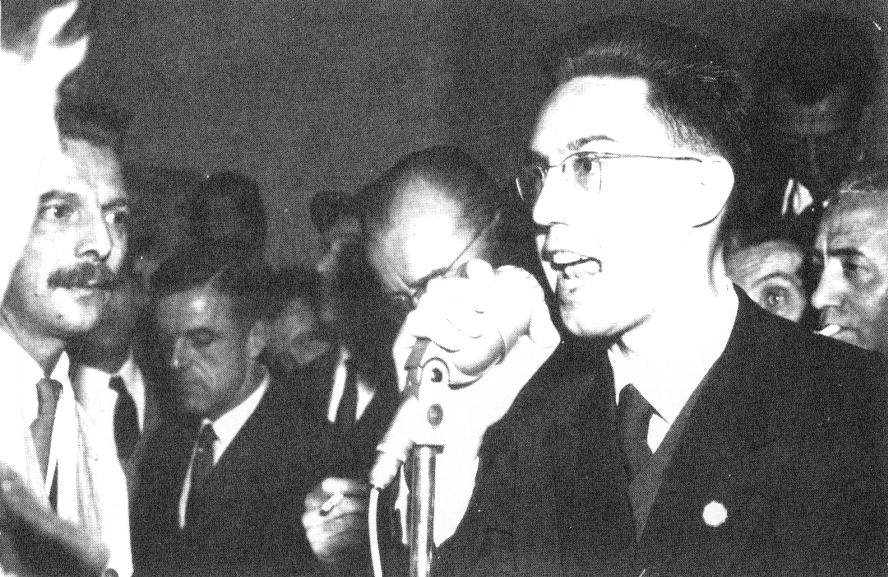 """Pierre Sidos à 29 ans. Automne 1958, campagne pour le """"NON"""" à De Gaulle lors du 1er référendum d'institution de la Cinquième République."""