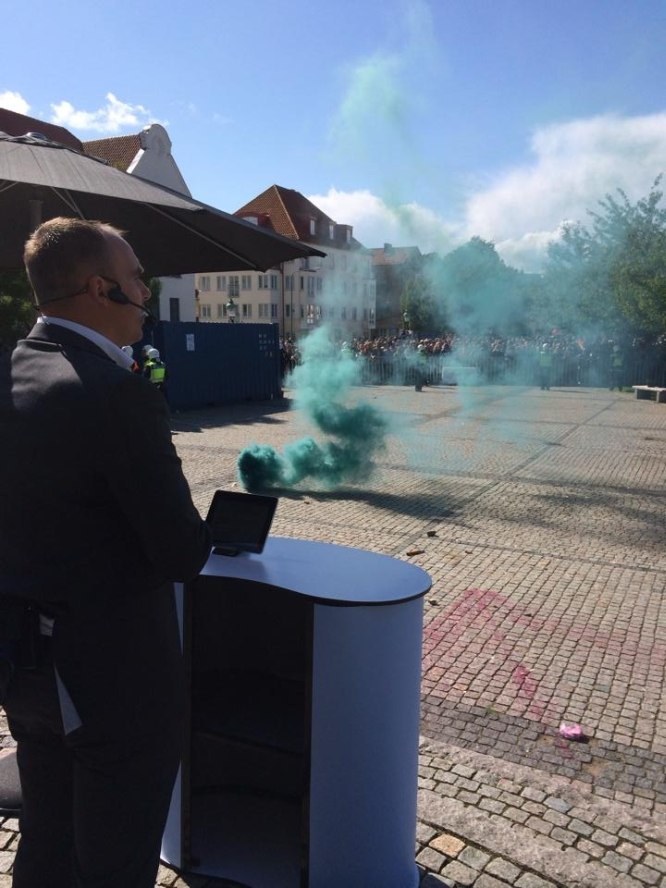Stefan Jacobsson, impassible devant les violences des extrémistes, s'adresse aux Suédois pour les mettre en garde contre les dangers de l'immigration-invasion, du libéralisme et de la destruction de la société traditionnelle suédoise.