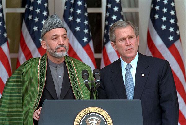 Après avoir collaboré avec les talibans, Hamid Karzai (ici en 2002 avec George W. Bush) avait été l'homme des Américains dès avant l'invasion de 2001.
