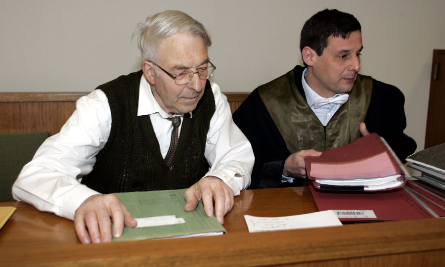 Manfred Roeder se préparant lors de l'un de ses nombreux procès.