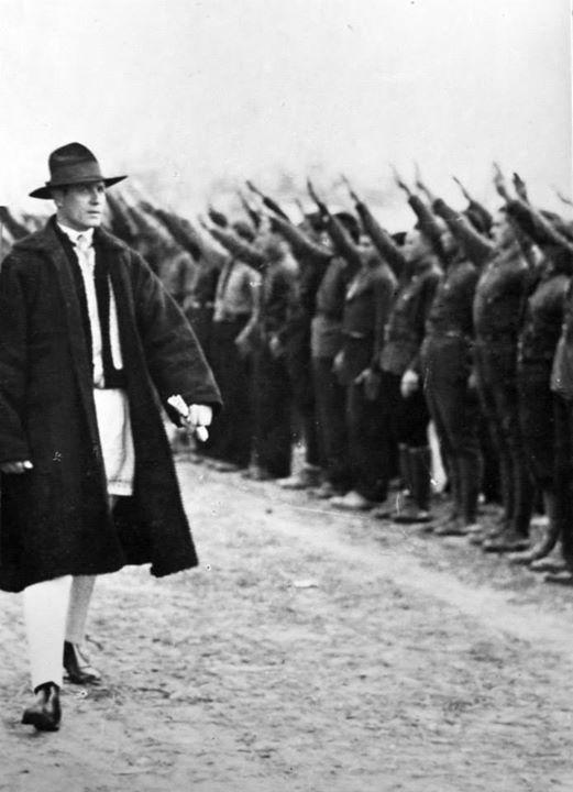 Codreanu passe en revue ses troupes.