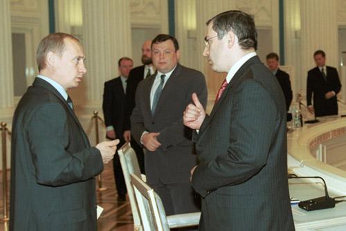 Vladimir Poutine (gauche), Mikhail Khodorkovsky (droite) et Mikhail Fridman (centre)