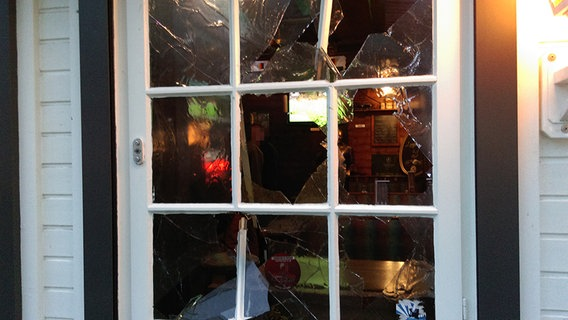 Une porte vitrée fasciste courageusement détruite par les antifas.
