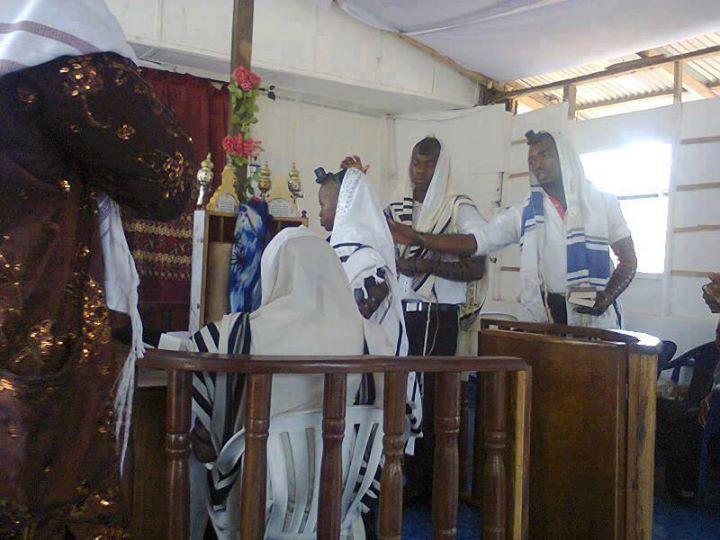 Nos enfants lisent la Torah en hebreu et c'est en Afrique