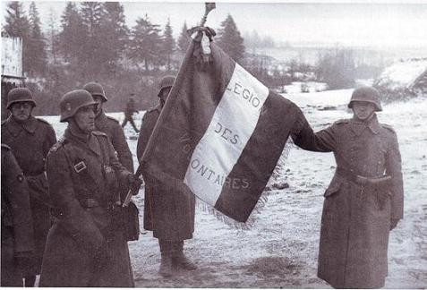Les légionnaires de la LVF font flotter le drapeau français en Russie.