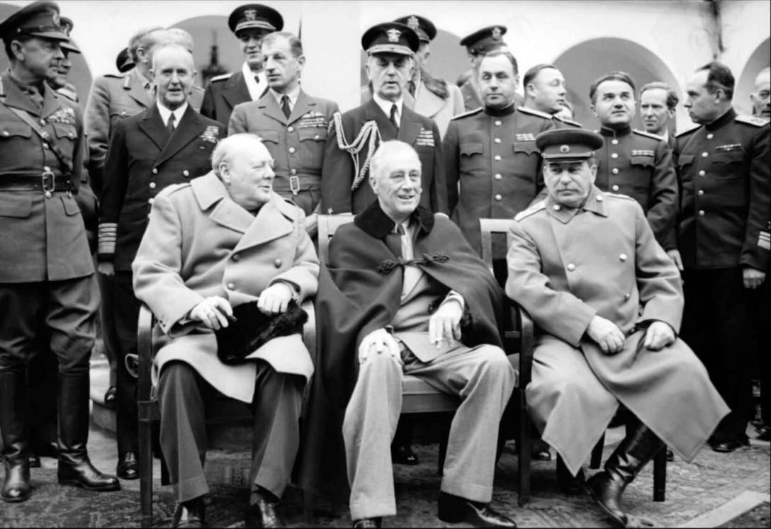 Quelques jours avant la dernière vague de crimes commis par les alliés russo-anglo-américains, les trois criminels contre l'humanité Staline, Roosevelt et Churchill se partageaient le monde à Yalta, et se mettaient d'accord sur un nouvel ordre mondial dans lequel l'Europe resterait le jouet des deux impérialismes.