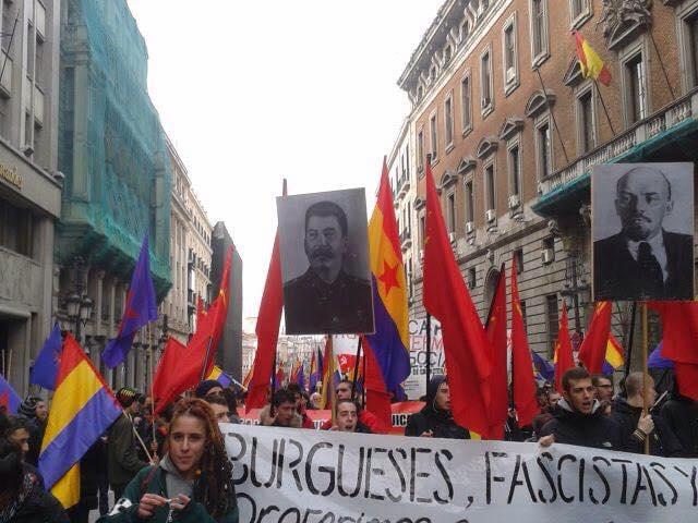 Communistes et indépendantistes se placent sous les figures de Staline et Lénine, entre autres criminels contre l'humanité.