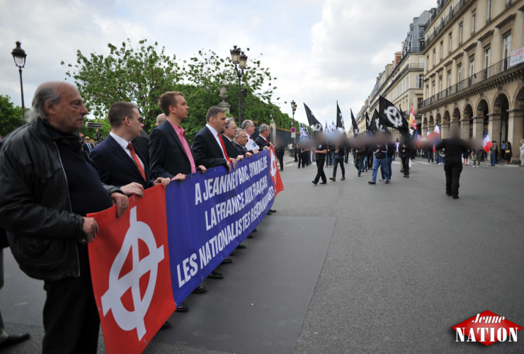 Derrière la banderole, de gauche à droite : Alberto Torresano, Daniel Carlsen, Yvan Benedetti, André Gandillon
