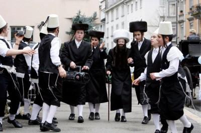 Jeunes colons fêtant Pourim à Wiedikon, en Suisse
