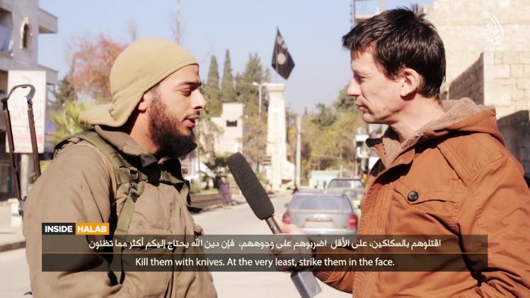 Salim Benghalem à gauche, John Cantlie à droite, dans une vidéo de l'État islamique diffusée en février dernier.