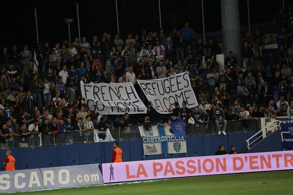 bannière déployée par des indépendantistes corses 'supporteurs' du club de Bastia