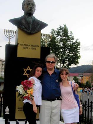 Trois shiska, Vadim Tudor et deux filles, devant la statue d'Yitzak Rabin érigée illégalement par Vadim Tudor à Brasov.
