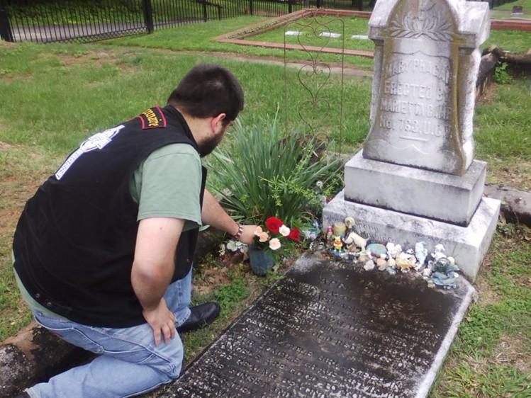 Dépôt de fleur en hommage à Mary Phagan.