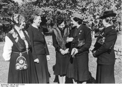 Scherl: Internationales Frauentreffen in Berlin an dem 13 Nationen teilnahmen. V.links n. rechts: Frau Olga Bjone, Landesleiterin d. norwegischen NS-Frauenorganisation, Reichsfrauenführerin Frau Scholz-Klink, die Gattin des japanischen Botschafters Frau Oshima, die spanische Frauenführerin Pilar Primo de Rivera und Marchesa Olga Medici (Ital.) (7.10.1941) [Herausgabedatum]