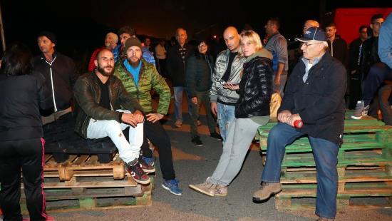 italie-des-habitants-erigent-une-barricade-contre-larrivee-denvahisseurs-2