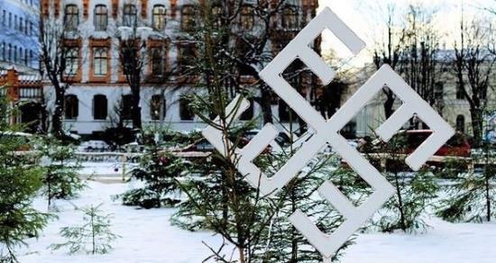 lettonie-decoration-de-noel-au-format-swastika-stylise