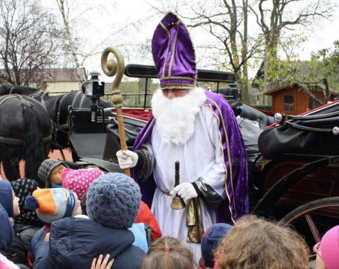 la-tradition-de-la-visite-de-saint-nicolas-dans-les-ecoles-est-tres-ancree-dans-la-region-ici-une-autre-ecole-du-departement-archives-l-alsace-1481205991